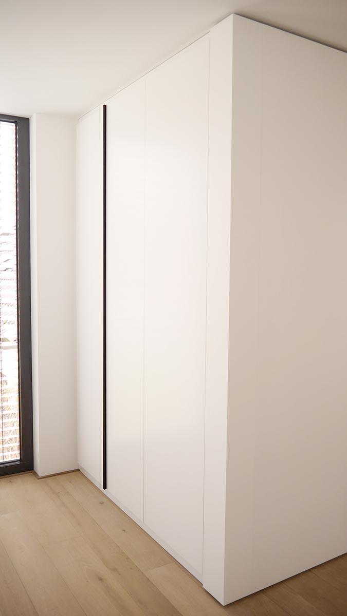 Garderobenschrank mit raumhohen Drehtüren und Design-Griffleisten