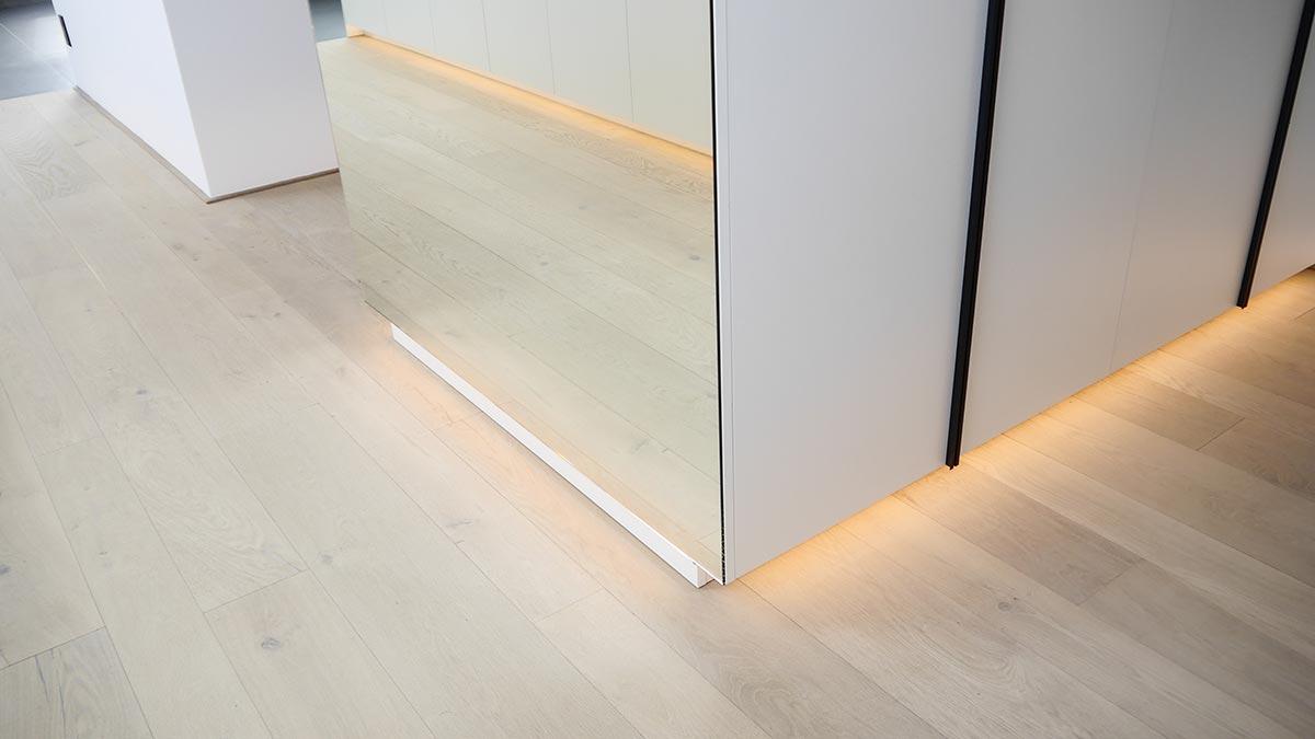17,5 Meter indirekt beleuchteter Sockelleisten inszenieren die Ankleide effektvoll