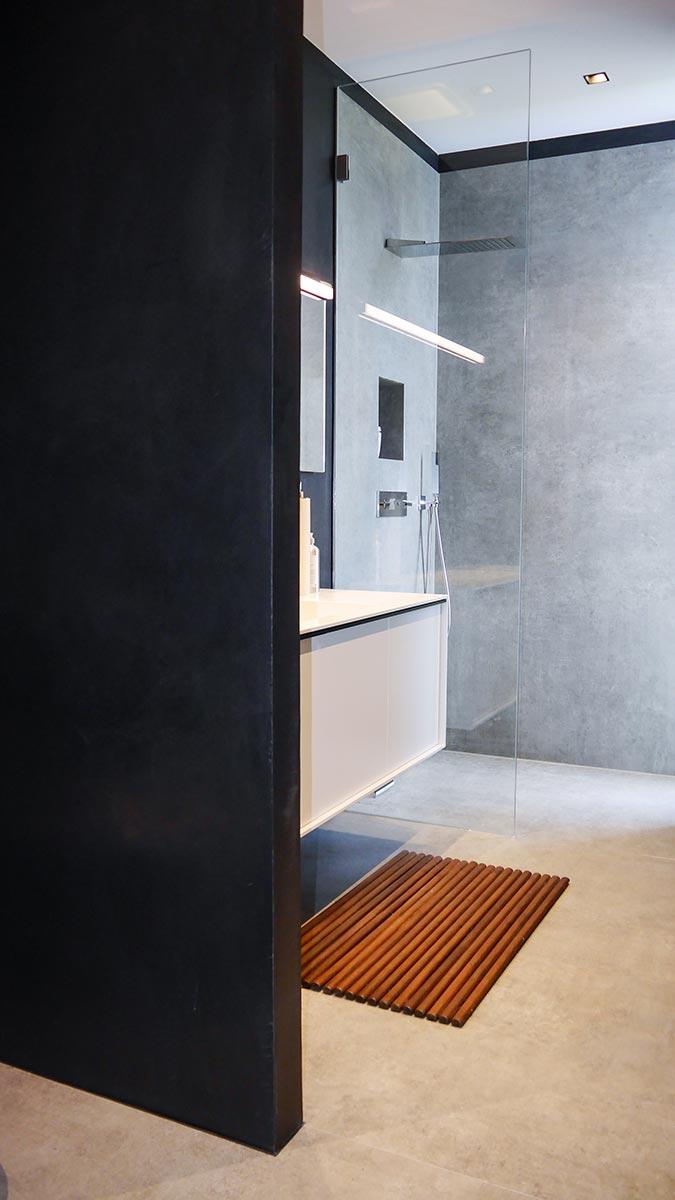 Interessanter Kontrast zwischen schwarzer Wandfarbe und Beton-Optik