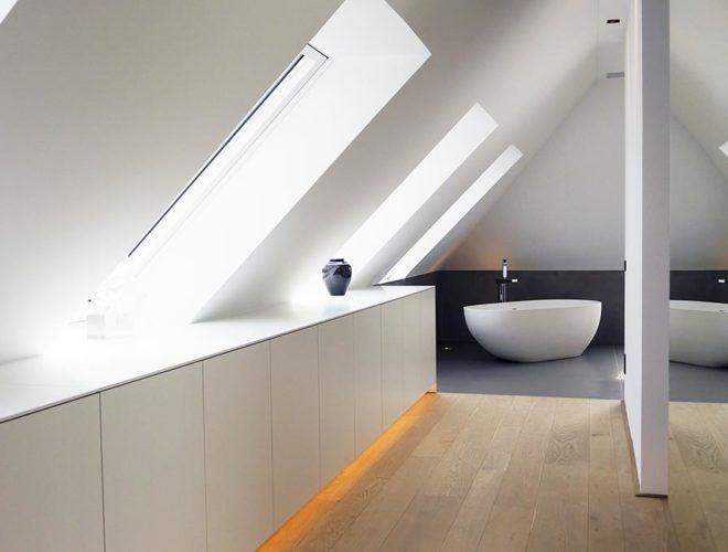 Sideboard-Ankleidezimmer-Dachgeschoss-freistehende-Badewanne-Masterbad-Elegante-Einfachheit