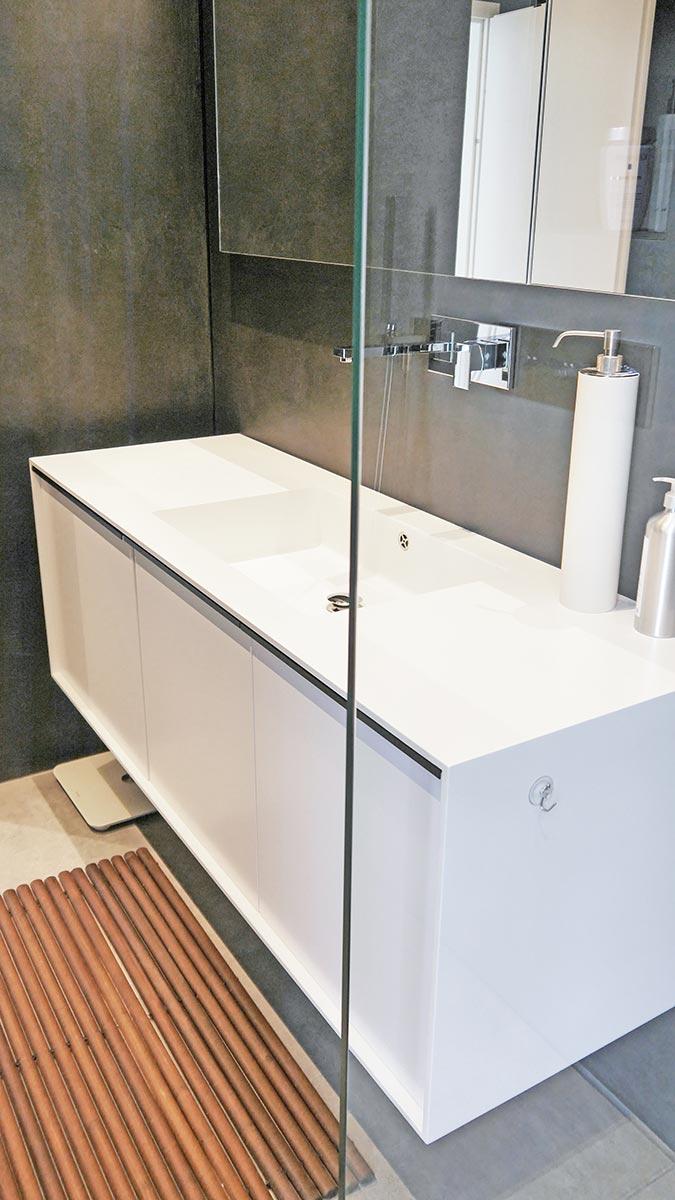 Waschtisch mit Mineralwerkstoff-Rahmen und Wand in Beton-Optik