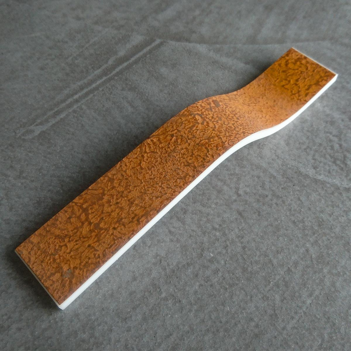 Perfekt für's Industrial Design: Cortenstahl bringt Struktur und Patina und Mineralwerkstoff-Freiformen zusammen