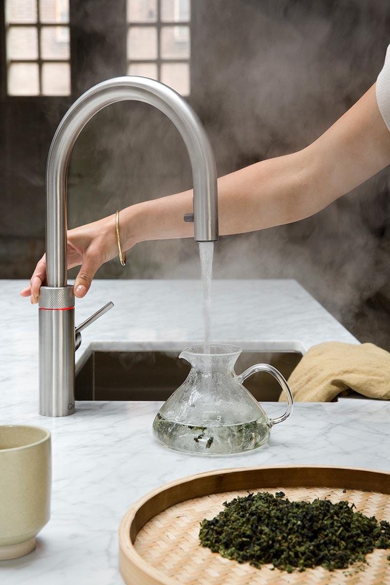 Das zeitlose Design des Quooker Flex fügt sich perfekt in Ihre Einbauküche ein.