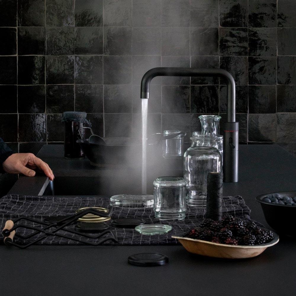 Die Universal-Armatur Quooker Fusion ist auch in trendigem matt schwarz erhältlich.