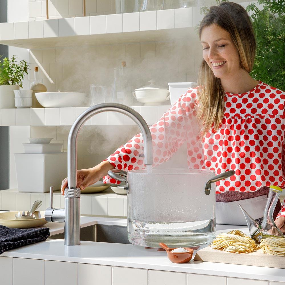 Mehr als nur ein Wasserhahn: Quooker liefert kochendes und gekühltes sprudelndes sowie stilles Wasser direkt aus der Leitung.