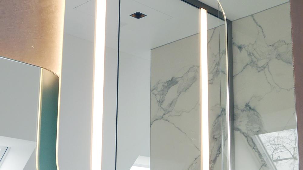 Design-Spiegel mit eingelassener LED-Akzentbeleuchtung und indirekter Beleuchtung