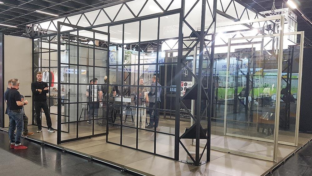 Konfektionierbares System für Pivot-Türen aus Glas