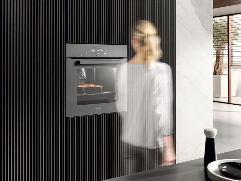 MotionReact deaktiviert Signaltöne und schaltet die Garraum-Beleuchtung ein, wenn Sie sich dem Backofen nähern.
