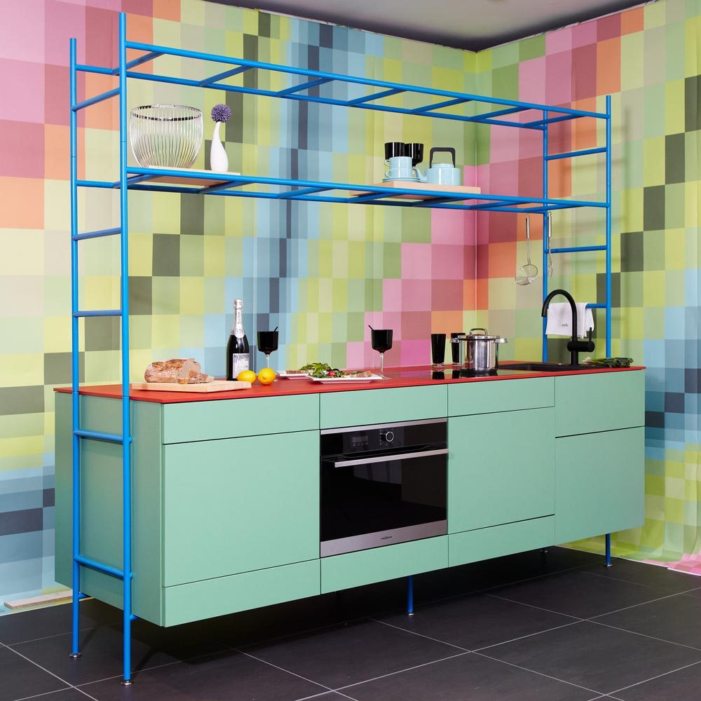 Eine zeykoRACK skyRACK-Konfiguration in kräftigen Farben von der living kitchen 2019