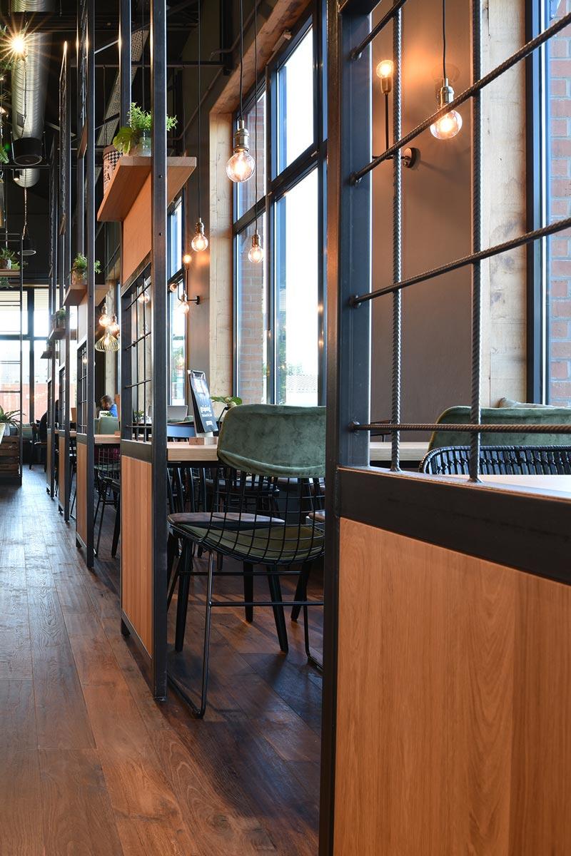 Café-Einrichtung mit Bestuhlung im Industrial Design