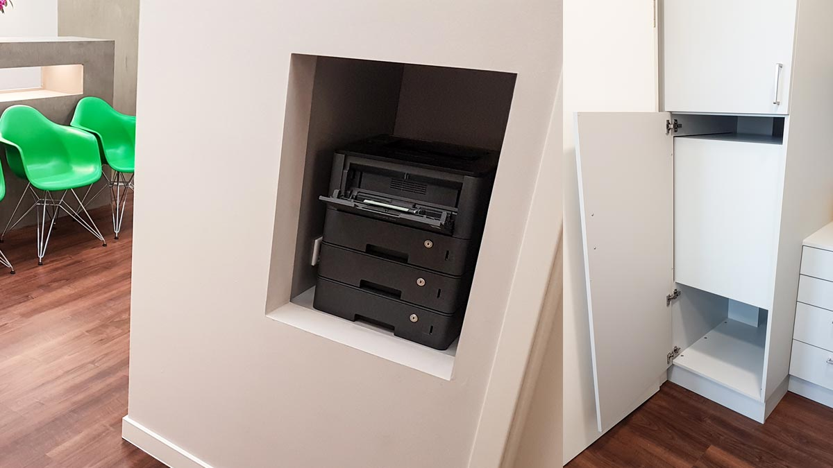 Der Einbauschrank beinhaltet eine Druckernische, die vom Gang aus zugänglich ist.