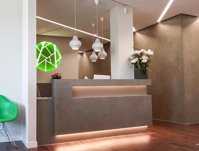 Empfangstheke-Beton-Optik-LED-Beleuchtung-4-Facharztpraxis-HOCHDREI-Mannheim