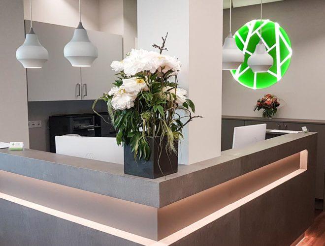 Empfangstheke-Beton-Optik-LED-Beleuchtung-Rückschrank-Oberschrank-Facharztpraxis-HOCHDREI-Mannheim