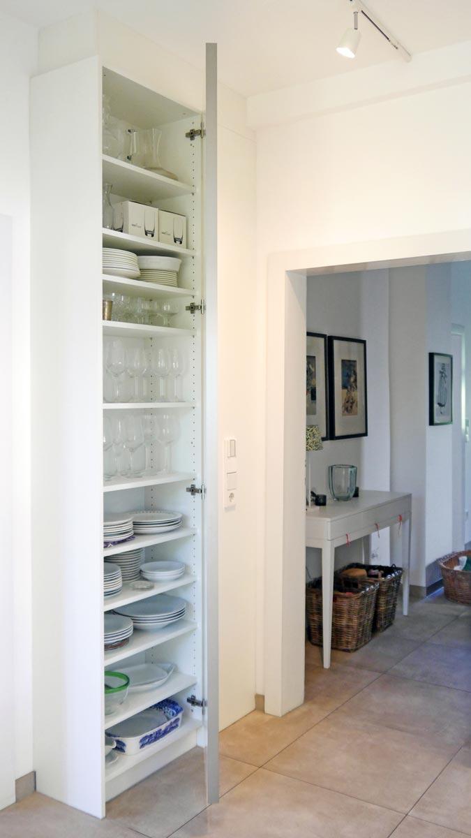 Der Hochschrank rechts der Tür ist von innen mit höhenverstellbaren Einlegeböden ausgestattet.