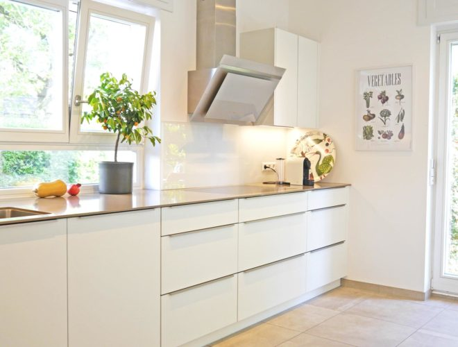 Küchenzeile-Quarzsteinarbeitsplatte-Auszüge-Drehtüren-Unterschränke-Oberschränke-Einbauküche-agil-umgeplant