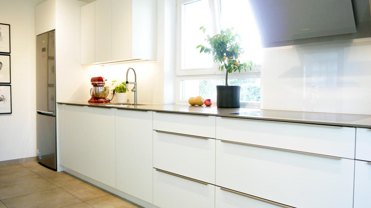 Der freistehende Kühlschrank aus dem Bestand wurde mittels Passblenden ins Küchen-Design integriert.