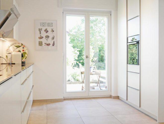 Küchenzeile-Quarzsteinarbeitsplatte-Hauswirtschaftsschrank-Hochschrank-Einbauküche-agil-umgeplant