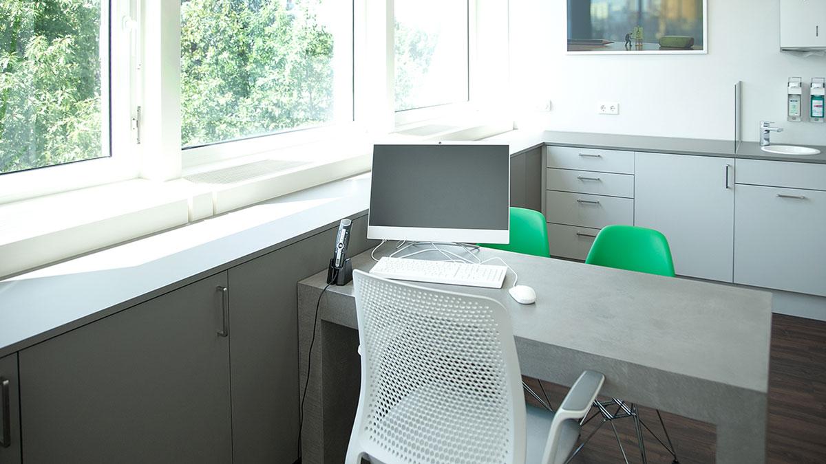 In den Komponenten sind sich die Behandlungsräume recht ähnlich: Schreibtisch in Beton-Optik, Sideboards, mit Waschbecken und Hochschränke für zusätzlichen Stauraum