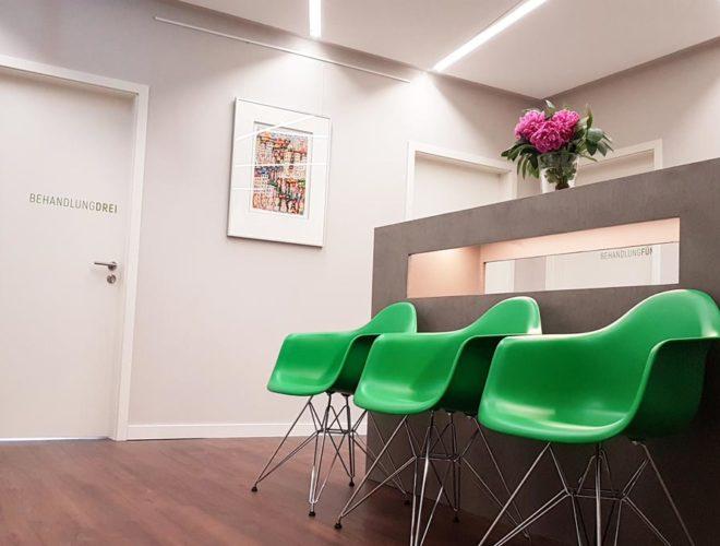 Sideboard-Beton-Optik-LED-Beleuchtung-Kurzwarten-2-Facharztpraxis-HOCHDREI-Mannheim