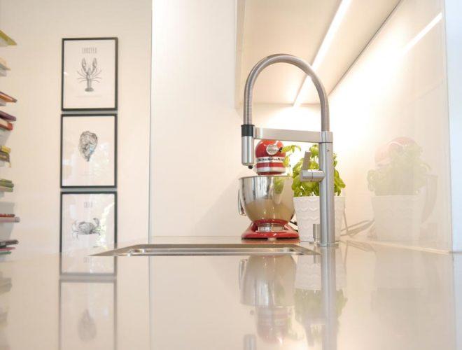 Spülbecken-Blanco-Armatur-Quarzstein-Arbeitsplatte-Oberschrank-LED-Beleuchtung-Einbauküche-agil-umgeplant