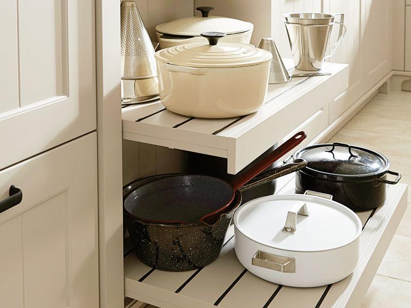 Töpfe und Pfannen bewahren Sie am besten in der Nähe der Kochzone auf.