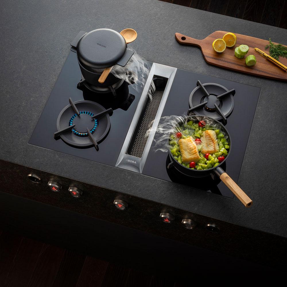 Das Ende der Dunstabzugshaube: Das revolutionäre Flächenabzugssystem von BORA beseitigt effizient Küchendunst und eröffnet neue Design-Möglichkeiten für die Küche.
