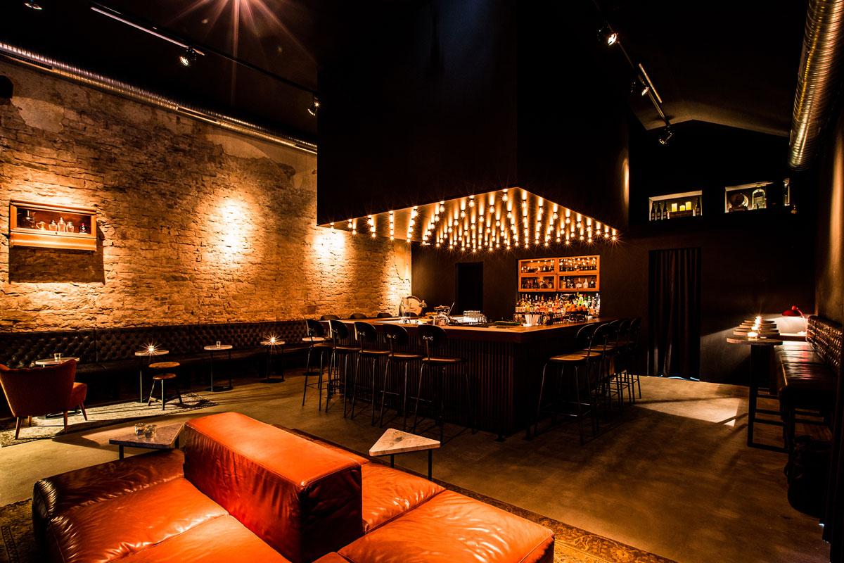 Ambiente pur: Das Zusammenspiel von Bartheke, Sitzmöbeln und Beleuchtung kann sich sehen lassen.