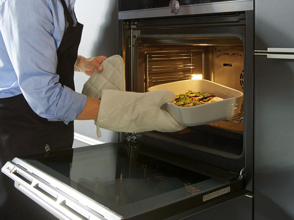 Ein Backofen in Arbeitshöhe birgt einen immensen ergonomischen Vorteil.