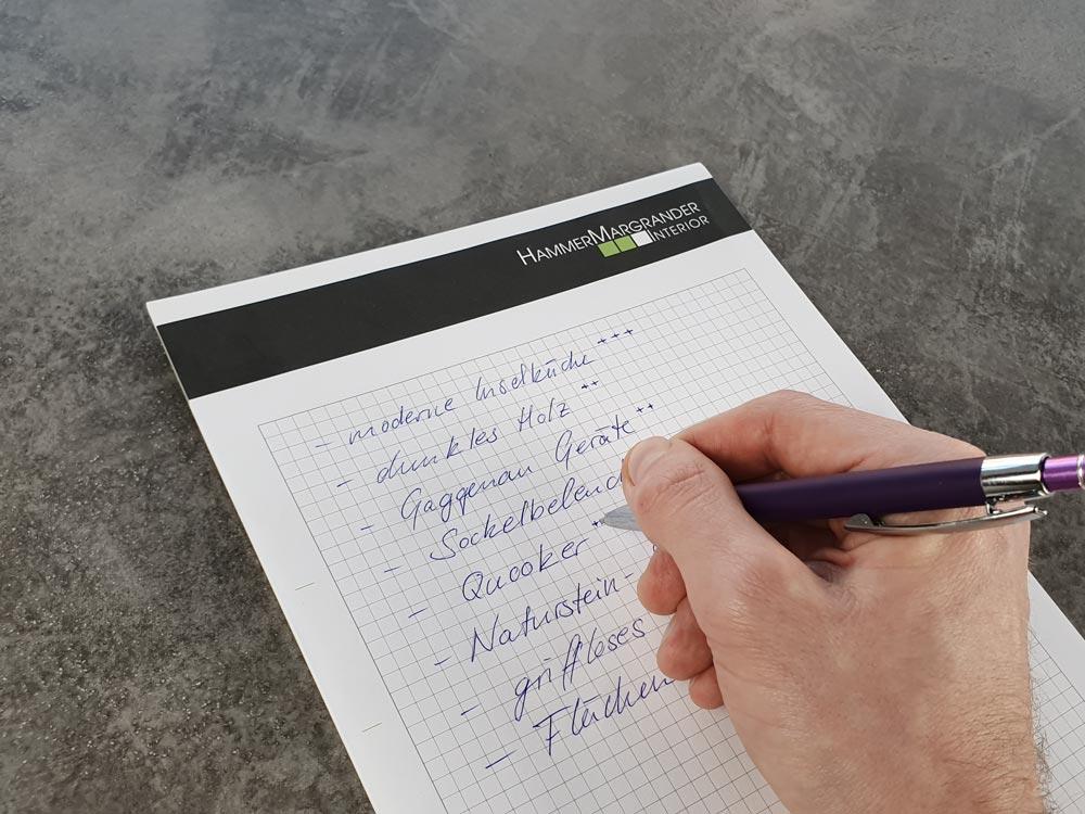Nun können Sie die Punkte auf Ihrer Liste nach Wichtigkeit ordnen. Wir empfehlen die Vergabe von Punkten. Sie können die Stichpunkte aber auch durchnummerieren.