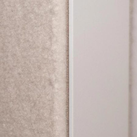 Die Filzoberfläche macht die Pivot-Tür zum akustischen Gestaltungselement