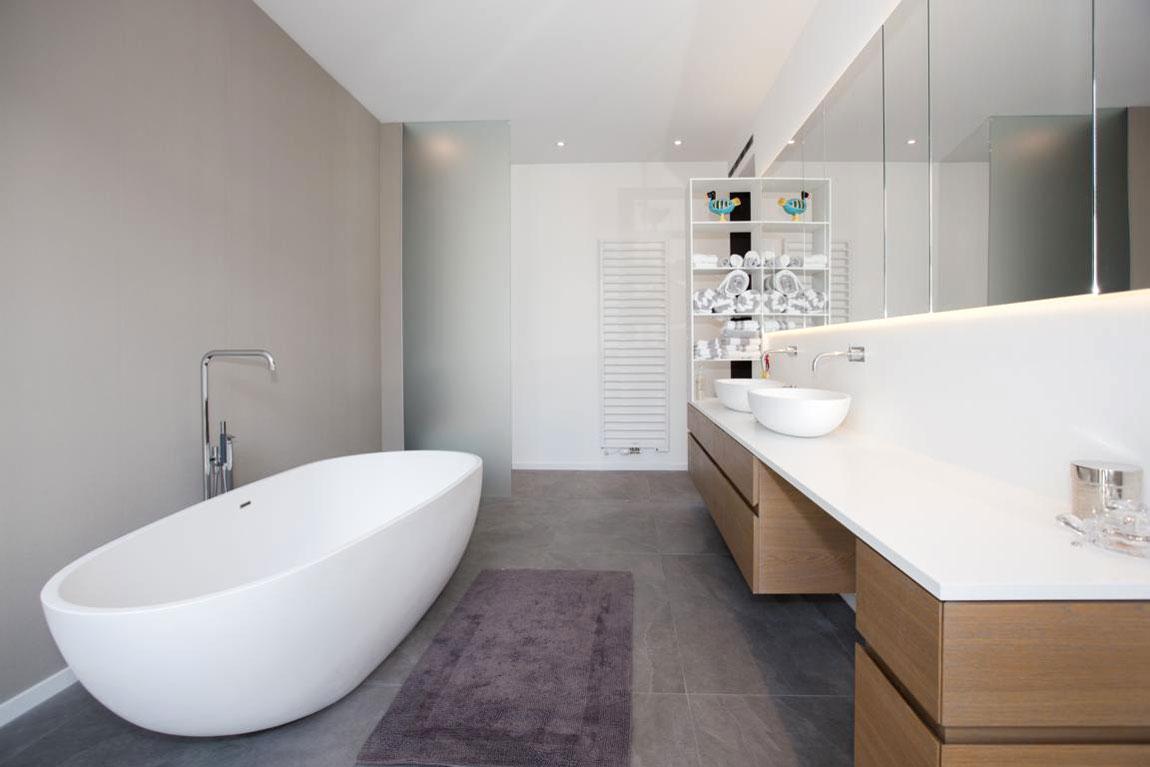 Das Design der Badewanne passt perfekt zu den Waschbecken