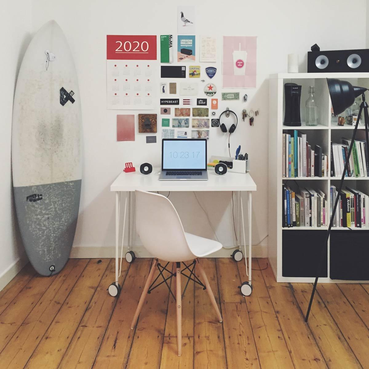 Improvisiertes Home Office in der Abstellkammer