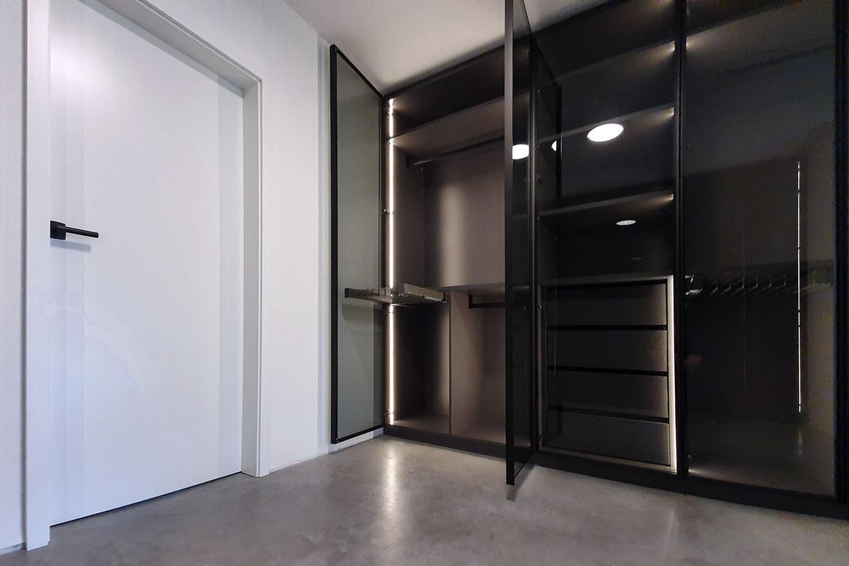 Hinter Parsol Glastüren sorgen ein Hosenauszug, Kleiderstangen und Schubkästen für Struktur