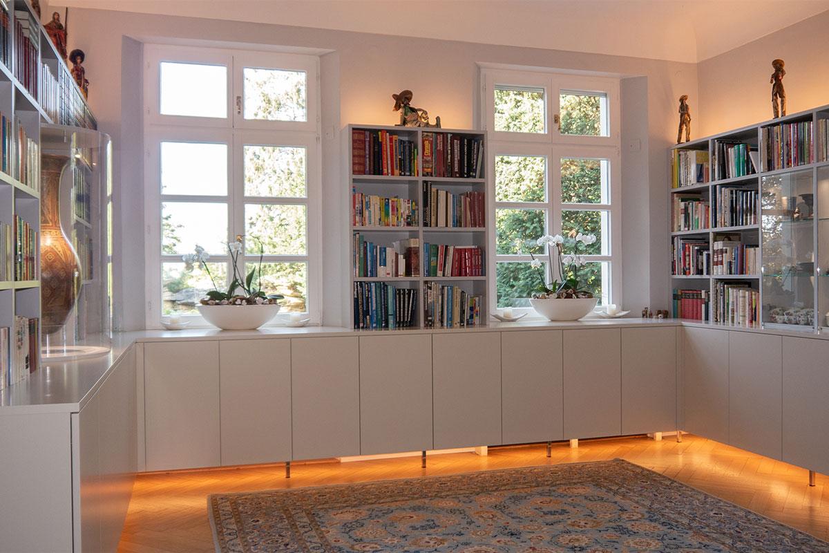 Fertige Privatbibliothek mit Beleuchtungskonzept