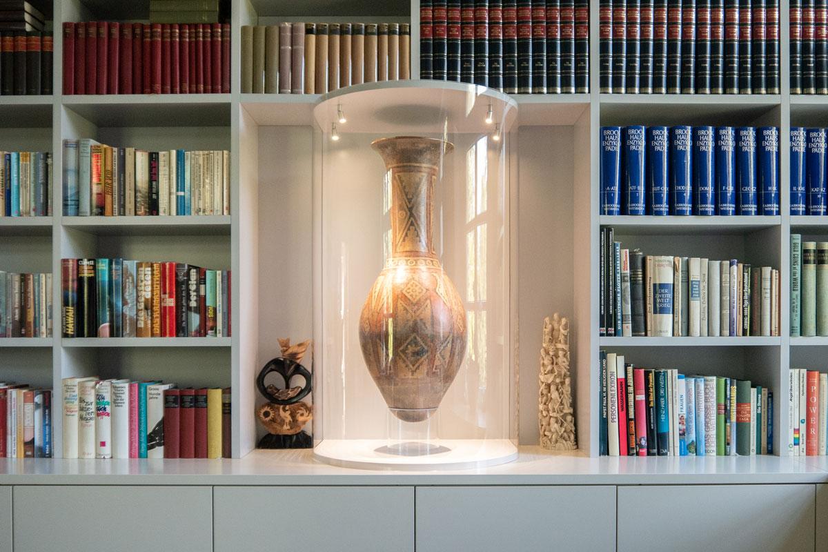 Vitrine mit runder Glasscheibe eigens zur Präsentation der ausgestellten Vase