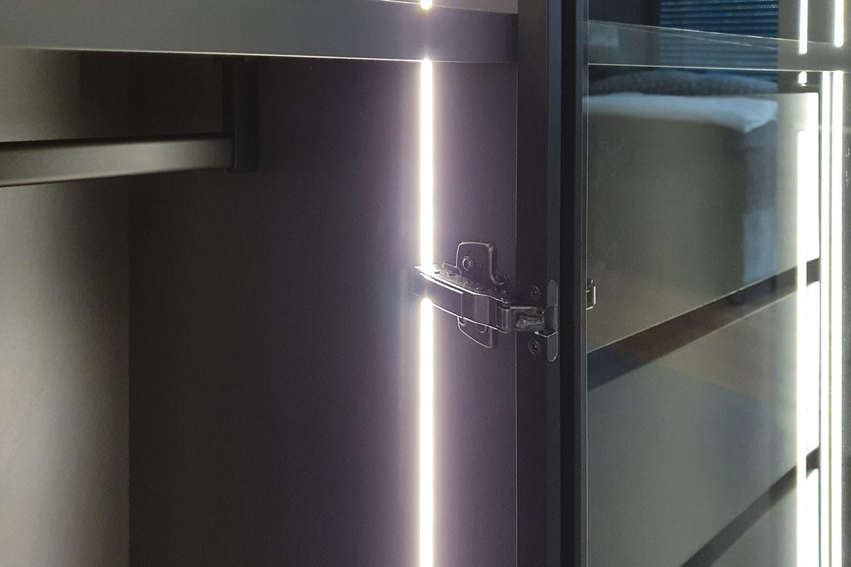 LED-Leisten sind in die Seitenwände eingelassen