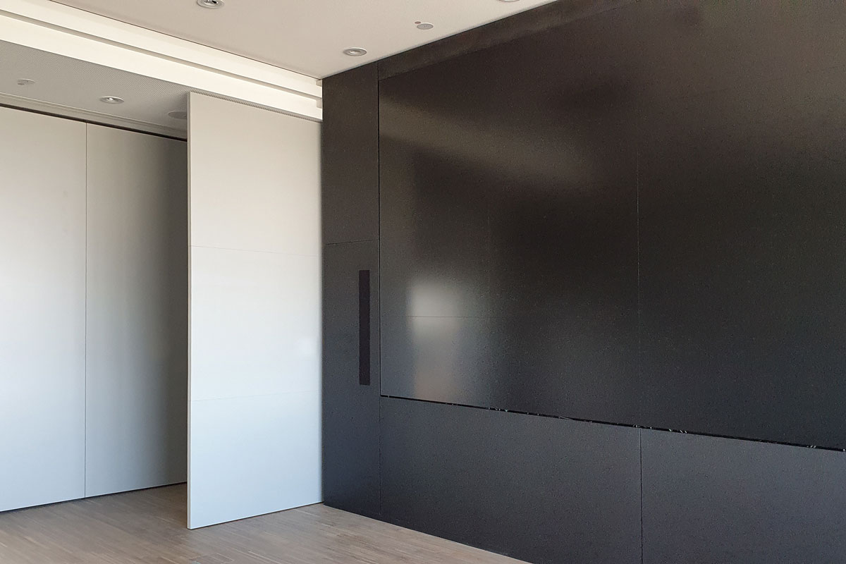 Raumhohe Pivot-Tür links der Mediawall
