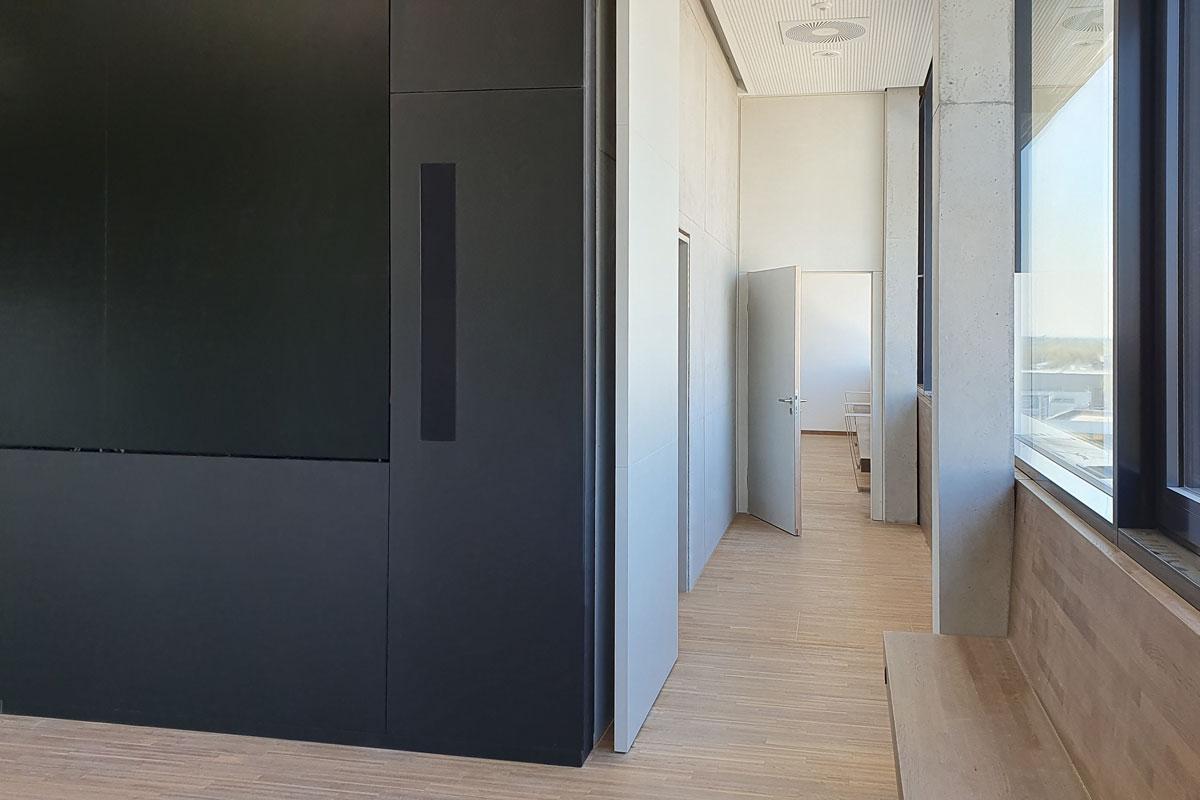 Pivot-Tür und Türen-Element strukturieren den Durchgang