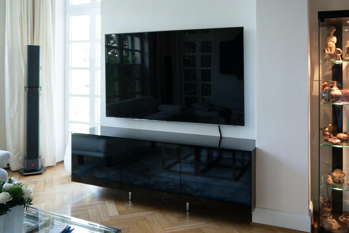 Die schwarze Hochglanzoberfläche bildet eine Einheit mit dem Bildschirm.