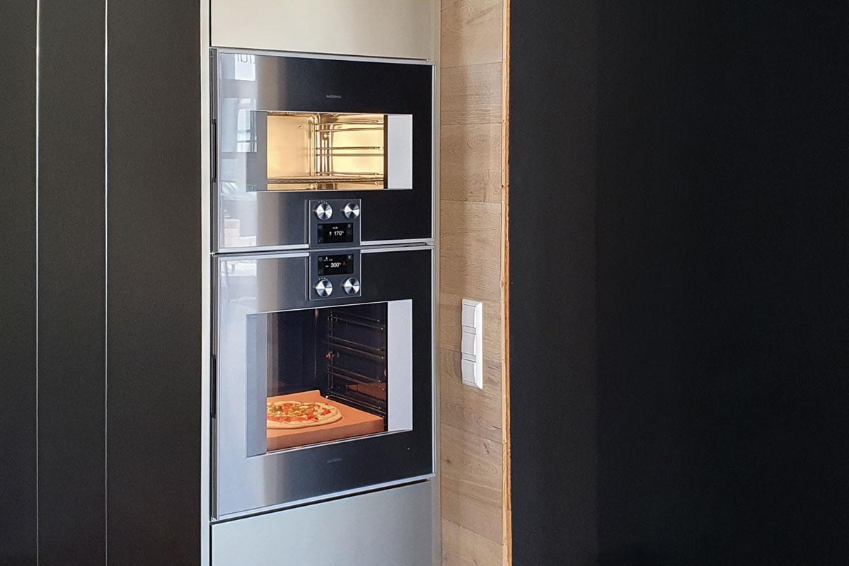 Dampfbackofen und Backofen in Kombination entzerren den Kochprozess.