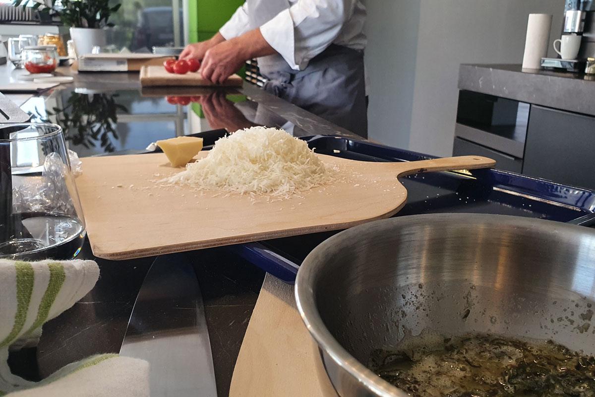 Während das Essen im Ofen ist wird vorbereitet.