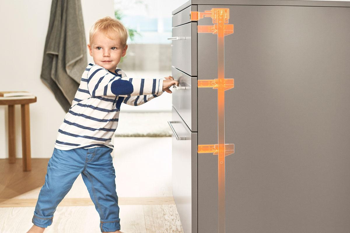 Bringen Sie Kindersicherungen an Schubladen und Türen an, die sich in Reichweite von Kindern befinden.