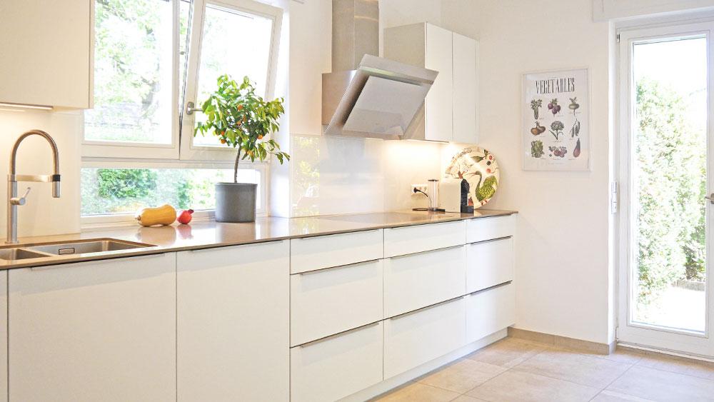 EInbauküche mit Quarzstein-Arbeitsplatte perfekt eingepasst in die Dachschräge, dank 3D-Scan-Technologie