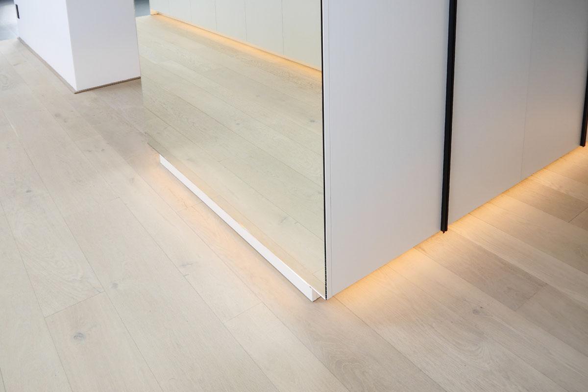 Einbauschrank mit indirekter LED-Beleuchtung