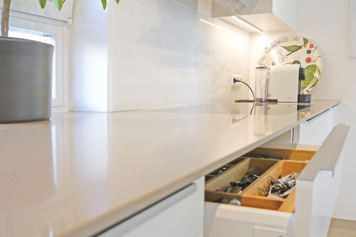 Einbauküche mit Quarzstein-Arbeitsplatte