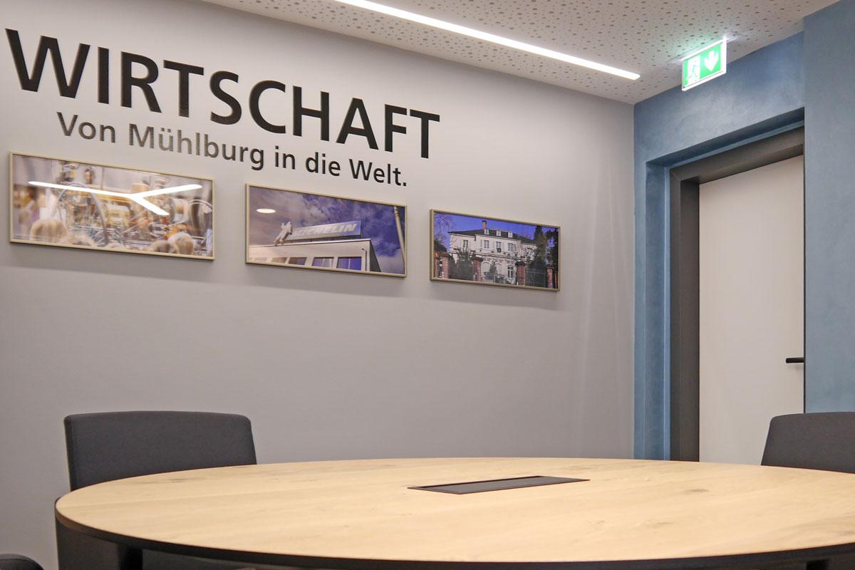 Die thematische Gestaltung der Besprechungsräume lockert das Interior Design auf.
