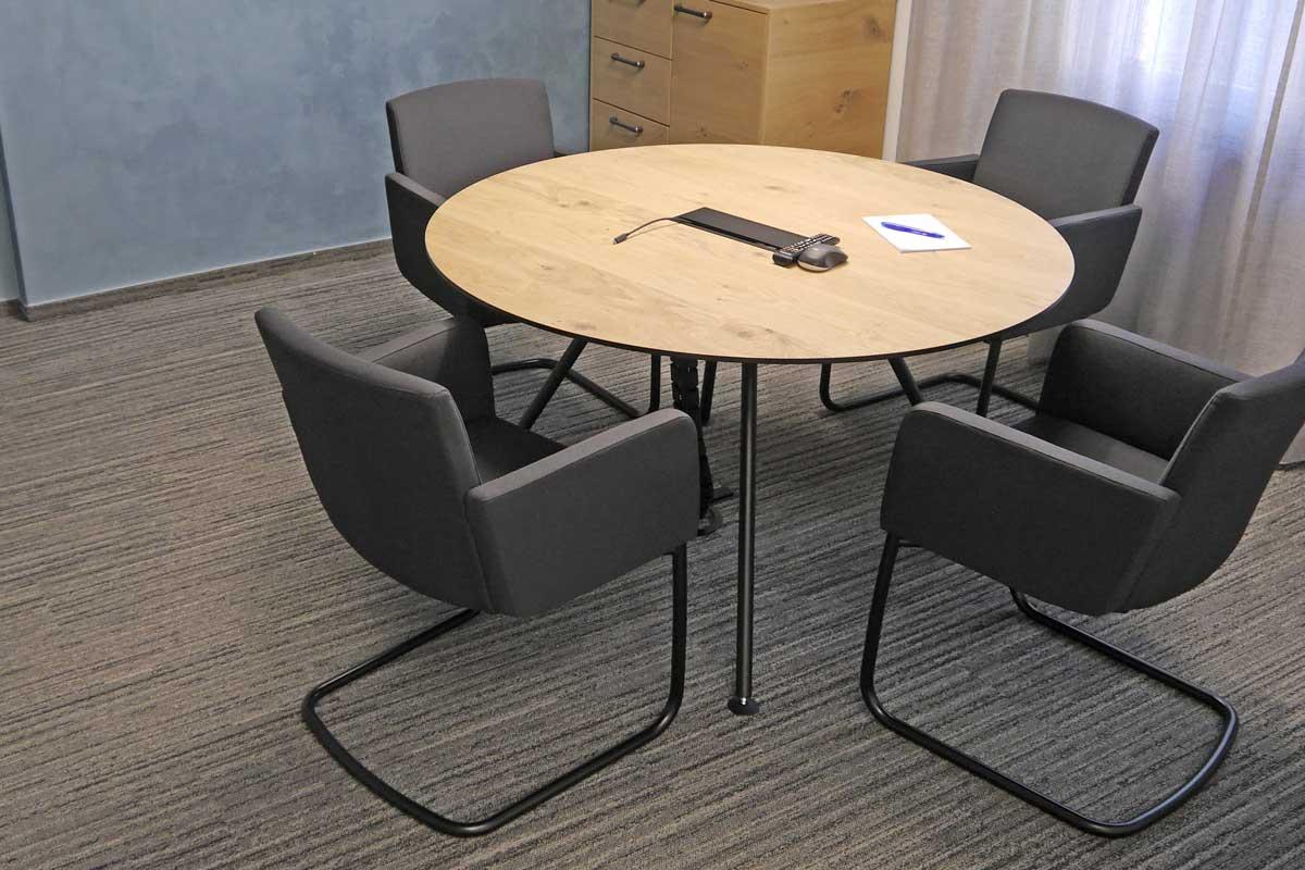 Die schwarzen Stühle stehen in tollem Kontrast zum Holztisch.