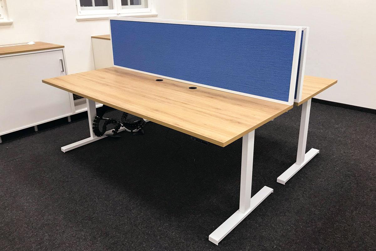 Schreibtisch mit Akustiktrennwand
