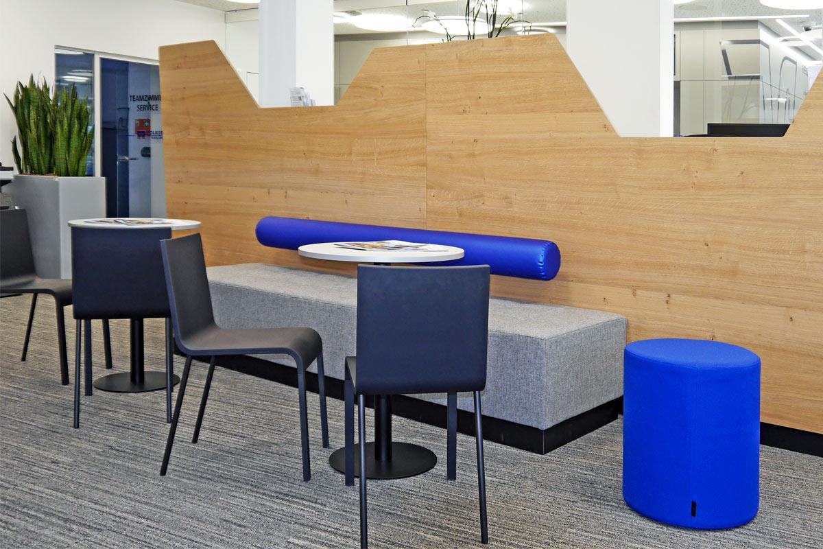 Der Wartebereich der Volksbankfiliale bietet bequeme Sitzgelegenheiten.
