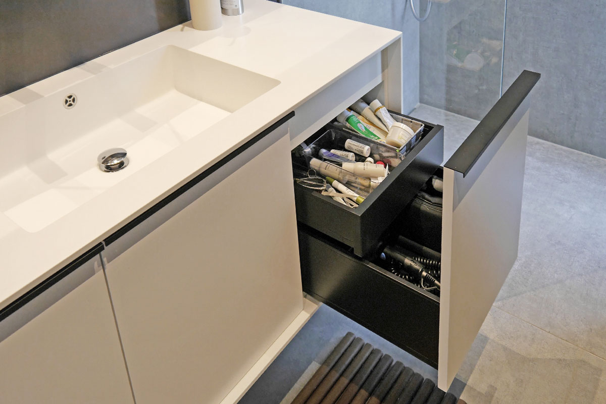 Gästebad mit Waschtisch aus Mineralwerkstoff